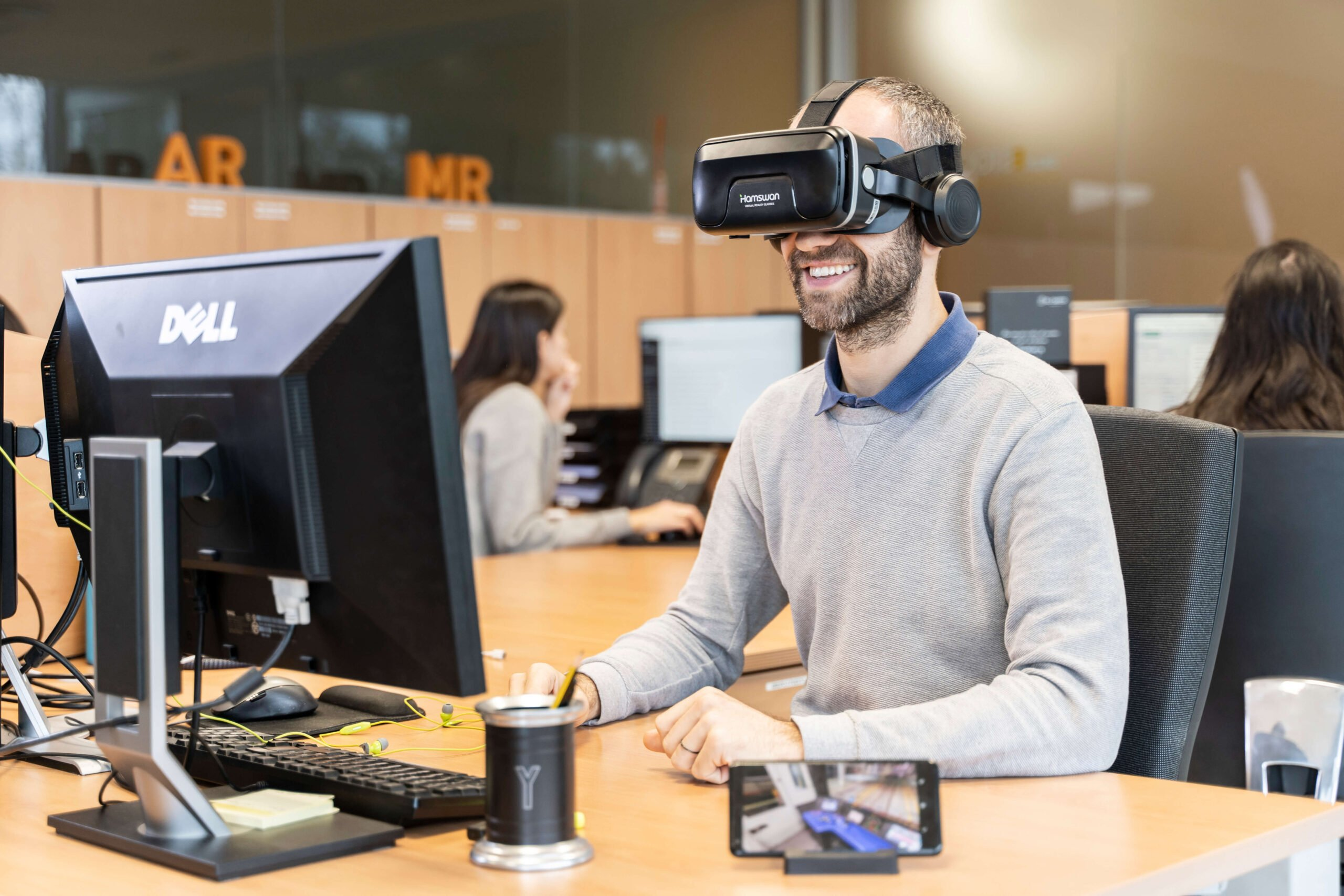 Empleado en las oficinas de Geminys con gafas de realidad virtual